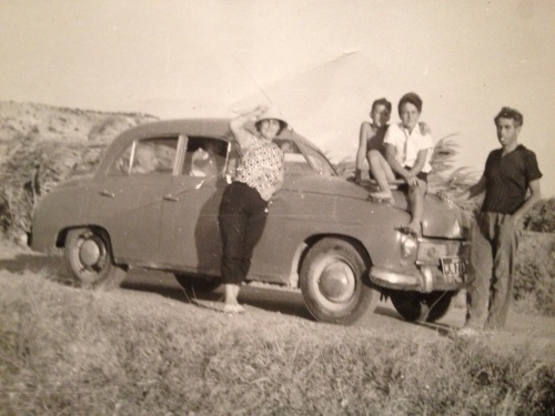 Soldan sağa: Mehpare Taner, Engin Taner, Deniz Taner, ve Ahmet TanerÖn yolcu camindan Osman Taner gözüküyor