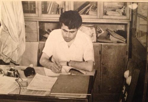 Ahmet Taner ilk atölyesinde masa başında